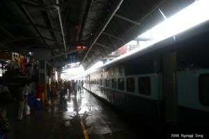비 내리는 델리역 플랫폼