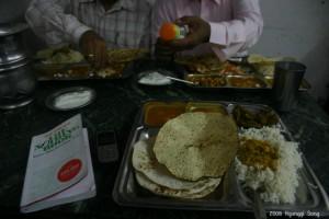 """저녁 식사는 인도의 """"김밥 천국""""이라고 할 만한 식당에서.. 모르는 사람들과의 테이블 합석"""