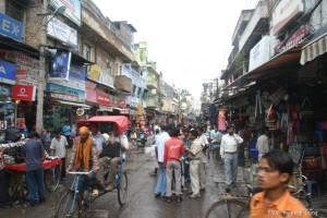 비가 내려 축축한 델리역 앞 거리