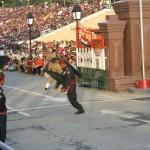 멋진 발차기... 매 걸음 걸음이 이런 발차기다.. 인도 군인과 매우 경쟁적으로..